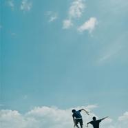 空 と 線 路 と 青 い ひ と